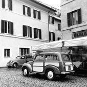 Stará auta v ulici v Římě