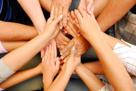 Hände reichen und berühren, nonverbale Kommunikation und Symbol für Solidarität