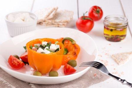 Foto de Pimientos rellenos con aceitunas negras y verdes, queso blanco y tomate - Imagen libre de derechos