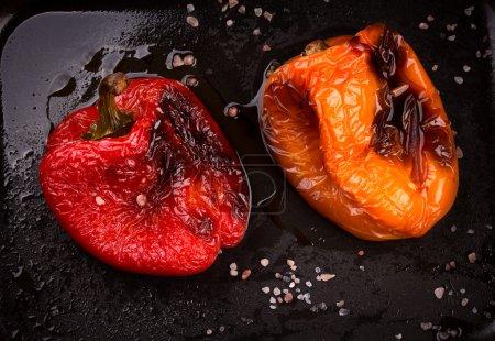 Foto de Sabroso había asado pimientos rojos y naranjas en la bandeja. Verduras a la plancha - Imagen libre de derechos