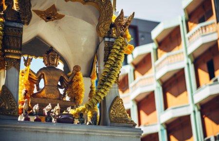 Photo pour Phra Phrom autel dans la rue Bangkok. Phra Phrom est la représentation thaïlandaise du dieu hindou Brahma - image libre de droit