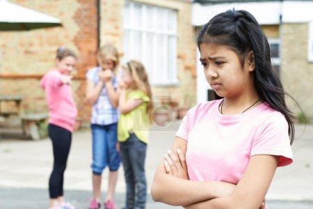 Photo pour Fille malheureuse étant ragots par des amis de l'école - image libre de droit