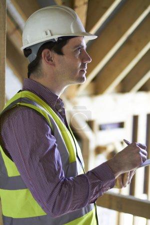 Photo pour Inspecteur en bâtiment regardant nouvelle propriété - image libre de droit