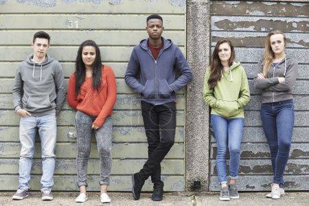 Photo pour Gang d'adolescents traîner dans l'environnement urbain - image libre de droit