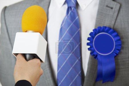 Photo pour Homme politique étant interviewés par le journaliste au cours de l'élection - image libre de droit