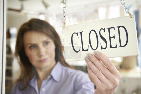 Magasin propriétaire tournant signe fermé à porte de la boutique