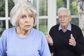 A boldogtalan idősebb pár otthon együtt