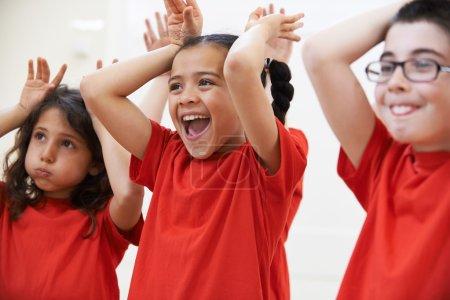 Photo pour Groupe d'enfants appréciant la classe de théâtre ensemble - image libre de droit