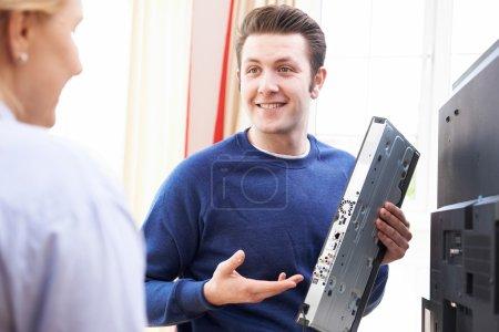 Foto de Ingeniero de dar consejos sobre la instalación de equipos de Tv Digital - Imagen libre de derechos