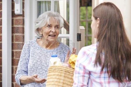 Photo pour Personne faisant du shopping pour un voisin âgé - image libre de droit