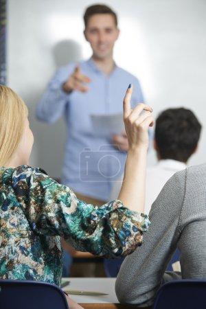 Photo pour Étudiante répondant à une question en classe - image libre de droit