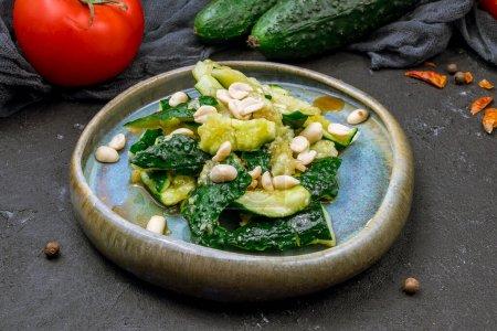 Photo pour Salade aux concombres cassés et cacahuètes - image libre de droit