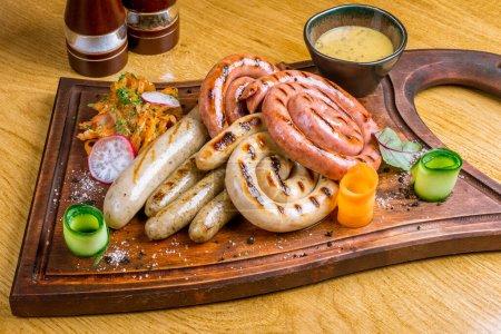 Photo pour Saucisses assorties avec sauces - image libre de droit