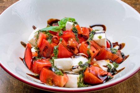 Photo pour Salade Caprese à la mozzarella et tomate - image libre de droit