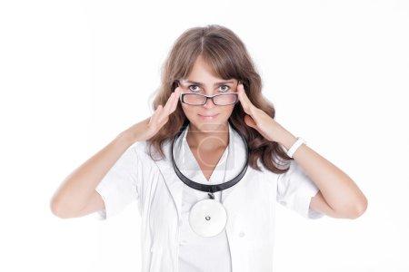 Photo pour Femme médecin ORL dans des lunettes avec réflecteur avant - image libre de droit