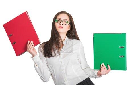 Photo pour Portrait de femme d'affaires attrayant dans les verres, tenant les dossiers rouges et verts, isolés sur fond blanc - image libre de droit
