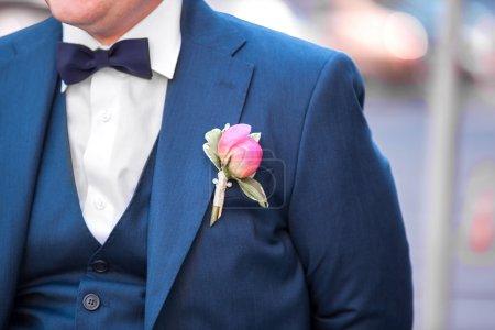 Photo pour Le jeune marié le jour du mariage. le nœud papillon bleu sur le marié - image libre de droit