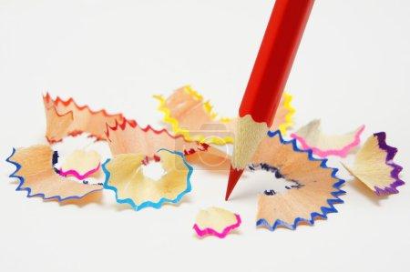 Photo pour Crayon rouge et copeaux multicolore - image libre de droit
