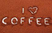 Káva slovo napsané na mletou kávu