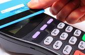 Kézi nő bankkártyával érintés, Nfc technológia