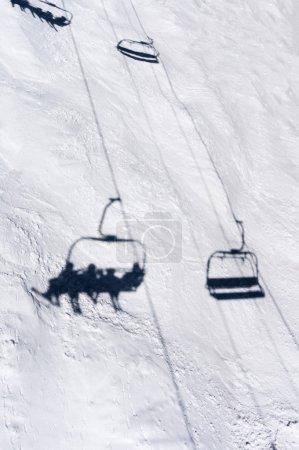 Photo pour Ombre des skieurs sur les télésièges sur les pentes du lac Louise . - image libre de droit