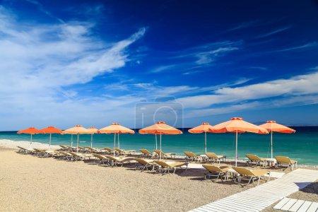 Photo pour Passerelle en bois blanc sur la plage, y compris les parasols avec chaises longues. Mer Égée. Grèce Rhodes. - image libre de droit