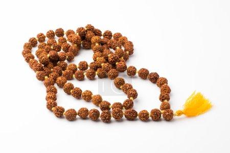 Photo pour Image du bouddhiste japa mala priant des perles sur un fond blanc - image libre de droit