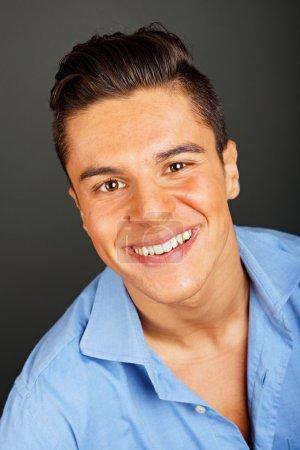 Lächelnder junger Mann im blauen Hemd