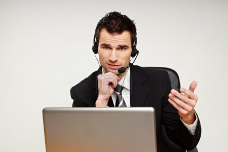 Photo pour Opérateur de service à la clientèle beau parle dans le microphone avec vous - image libre de droit
