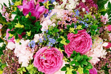 Foto de Beautiful bouquet of flowers with roses and hydrangeas background - Imagen libre de derechos