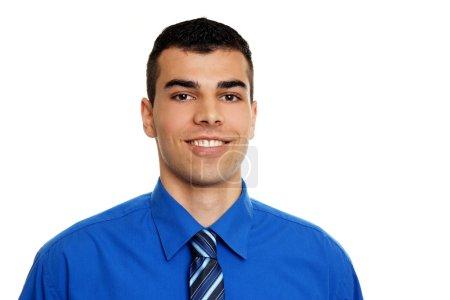 Photo pour Portrait de jeune homme en chemise bleue posant sur fond blanc - image libre de droit