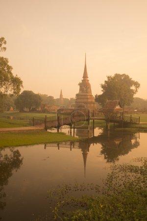 Photo pour Temple dans le paysage du parc historique dans la ville d'Ayutthaya au nord de Bangkok en Thaïlande dans le sud-est - image libre de droit