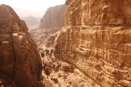 Photo pour Le paysage dans la ville de Temple de Petra dans Jordan au Moyen-Orient. - image libre de droit