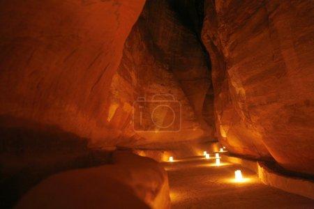 Photo pour Le Trésor Al Khazneh dans la ville du Temple de Petra en Jordanie au Moyen-Orient . - image libre de droit