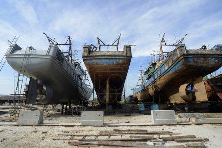 Photo pour Un chantier naval près de la ville de Myeik dans le sud du Myanmar dans le sud-est de l'Asie . - image libre de droit