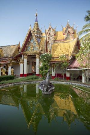 Photo pour Wat Wang Wiwekaram dans le village de Sangkhlaburi au nord de la ville de Kanchanaburi en Thaïlande centrale dans le sud-est - image libre de droit