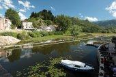 Město Virpazar na Skadarské jezero v Černé hoře
