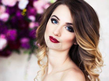 Studioporträt von blühenden wunderschönen blonden Dame in fantastischen cr