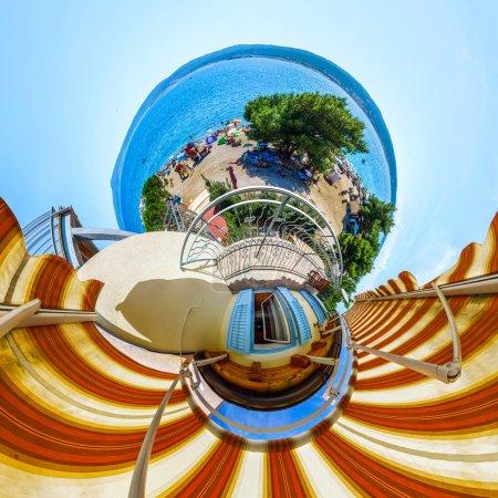Photo pour Petite planète vue depuis le balcon sur la plage, bord de mer - image libre de droit
