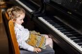 Roztomilá holčička hraje na klavír v ZUŠ