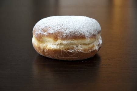 Photo pour Donuts avec sucre en poudre sur fond sombre - image libre de droit
