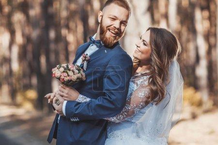 Photo pour Mariée heureuse et marié au jour ensoleillé - image libre de droit