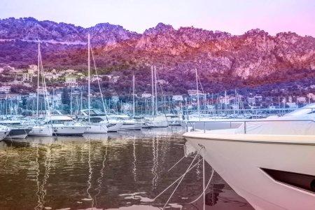 Photo pour Beaulieu-sur-Mer - France : 16.05.2021 Port port marina bay yachts boats, voyage maritime vacances d'été. C'est l'heure du soir. Photo de haute qualité - image libre de droit