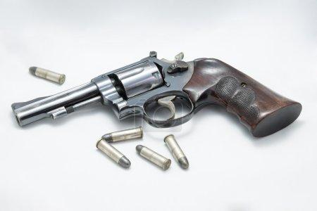 Photo pour Pistolet revolver et balle isolés sur fond blanc - image libre de droit