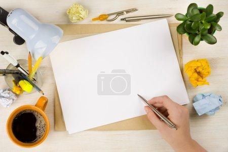 Photo pour Dessin main sur papier. Création d'entreprise ou concept de brainstroming - image libre de droit