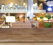 Stůl dřevěný prezentace a café rozmazané pozadí