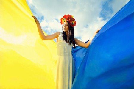 Photo pour Fille ukrainienne avec drapeau - image libre de droit