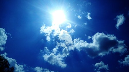 Photo pour Nuages dans le ciel bleu illustration d'art ciel ensoleillé . - image libre de droit