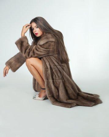 Photo pour Luxe belle femme en manteau de fourrure vison avec gilet en regardant la caméra sur fond blanc. - image libre de droit