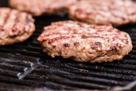Zubereitung einer Charge gegrillter Hackfleischpastete oder Frikadeller auf Grill